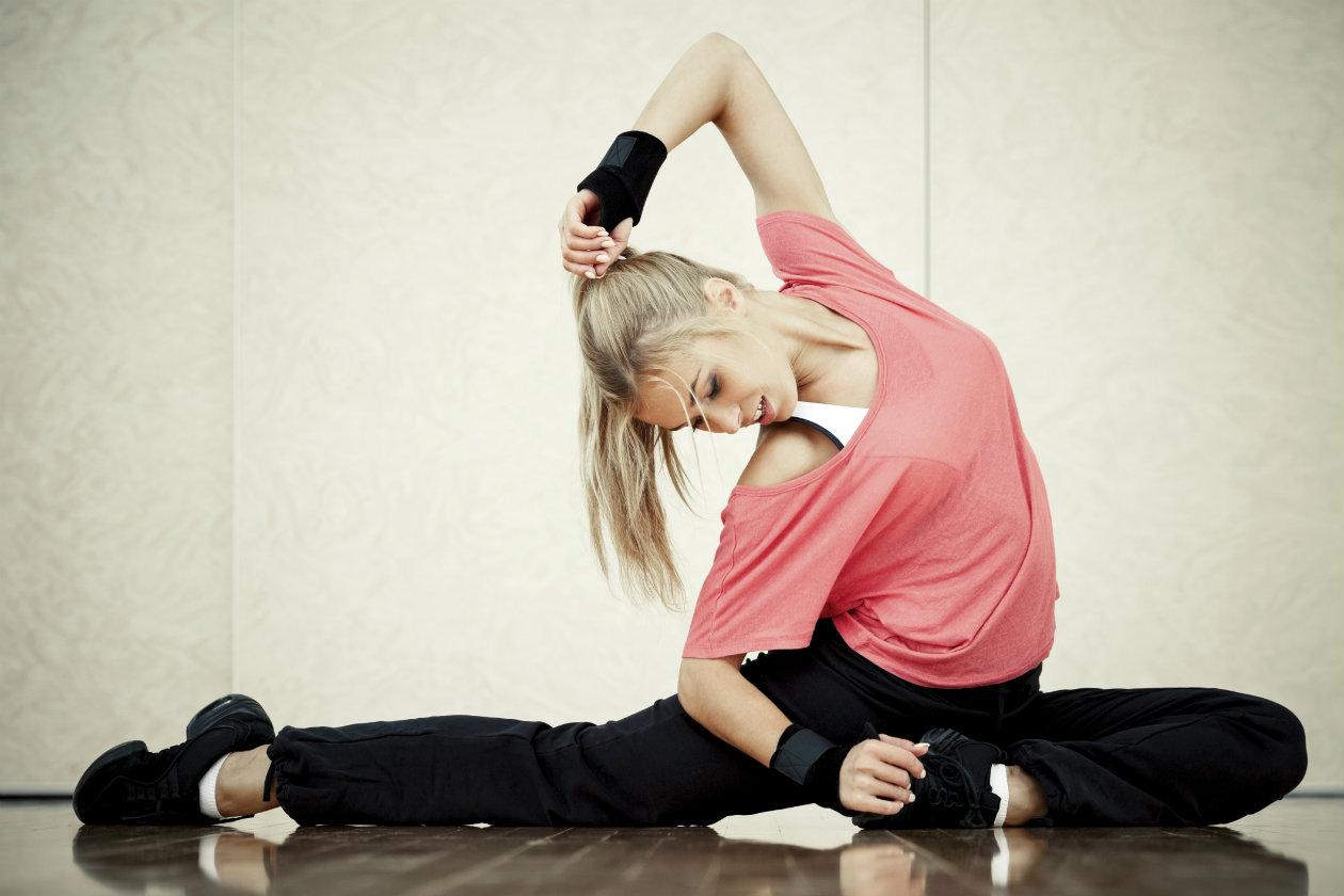 Mejorar nuestra flexibilidad nos ayuda a sentirnos mejor con nuestro cuerpo, corregir posturas, coordinación e incrementar la masa muscular entre otros beneficios